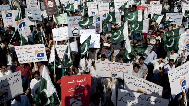 Employees of Pakistani Geo News TV channel hold a rally in Karachi (May 2014)