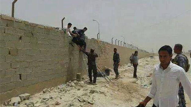 Students climbing a wall at Anbar university (7 June 2014)