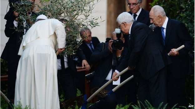 Palestinian leader Mahmoud Abbas (C), Pope Francis (L) and Israeli President Shimon Peres (R) plant an olive tree after a joint peace prayer.