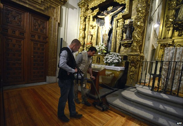 Two technicians use a ground-penetrating radar in the Convent of Trinitarians