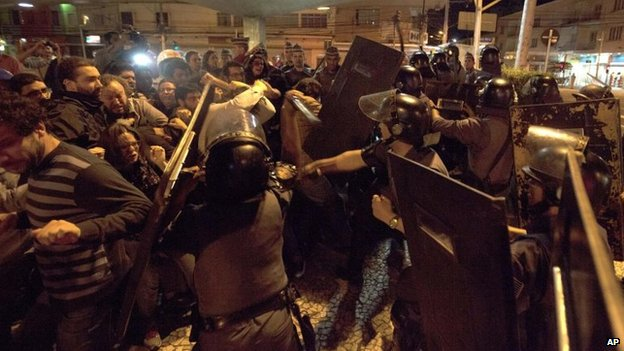 Metro train operators clash with riot police in front of the Ana Rosa metro station on 9 June, 2014