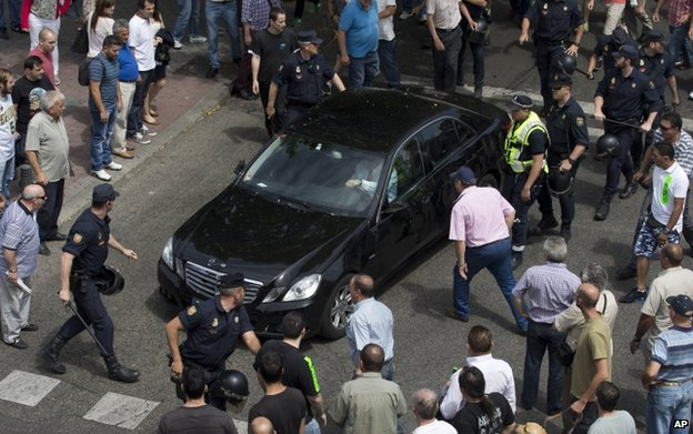 Protesters surround car in Madrid (12 June)