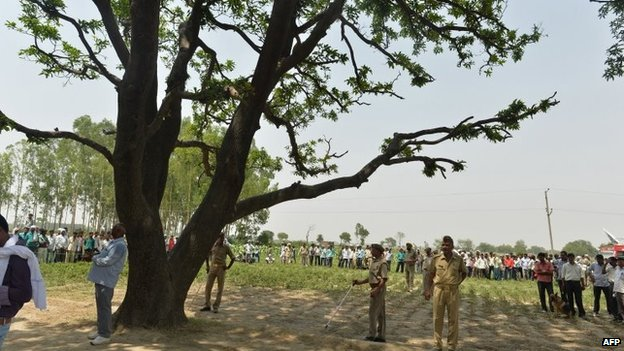 Indian police keep watch at the tree where the bodies of gang rape victims were found hanging, ahead of Congress party Vice President Rahul Gandhi's arrival in Katra Shahadatgunj in Badaun district, India's Uttar Pradesh state, 31 May 2014