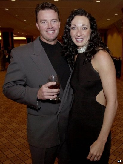 Amy Van Dyken (right) and Tom Rouen (left) appeared in Denver, Colorado, on 1 March 2001