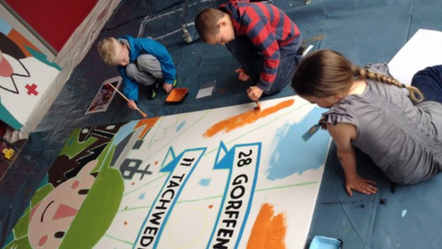 Pupils at Ysgol Glancegin work on their war mural