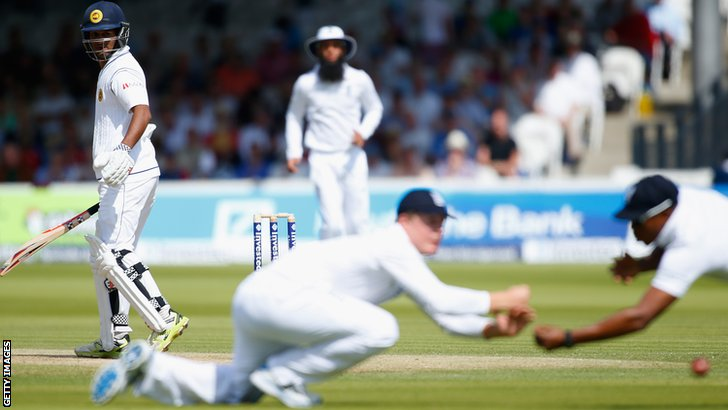 Dimuth Karunaratne edges between second and third slip