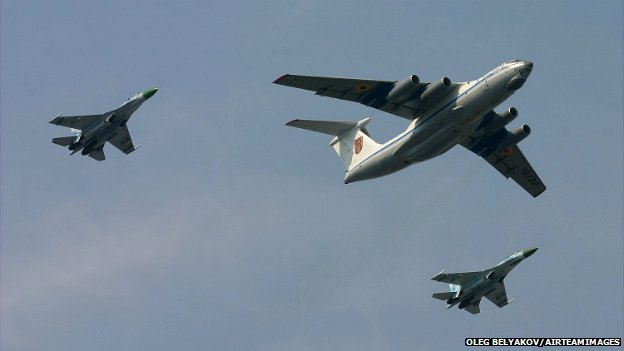 An Ukrainian Il-76 aircraft flanked by two Su-27s during a military parade - 24 August 2008