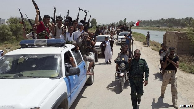 Tribal fighters and security forces carry weapons on the outskirts of Diyala province (16 June 2014)
