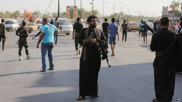 Shia fighters with their weapons in Baghdad (16 June 2014)