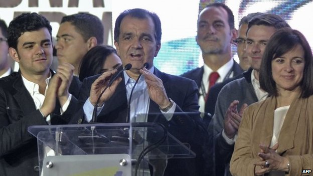 Colombian presidential candidate Oscar Ivan Zuluaga (centre) speaks in Bogota on 15 June, 2014.