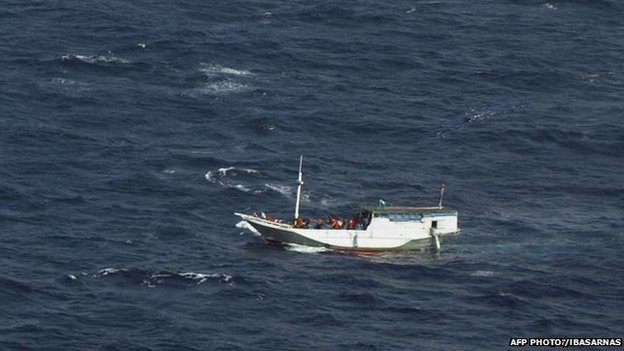 A boat carrying asylum seekers spotted off Indonesia sailing towards Australian waters