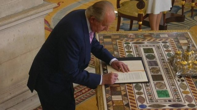 Juan Carlos signs abdication