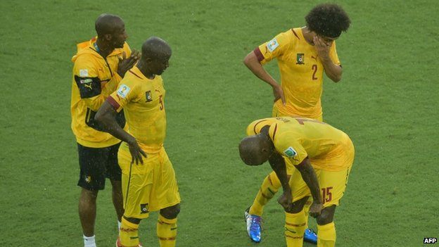 Cameroon's players at the end of the Group A football match against Mexico and Cameroon at the Dunas Arena in Natal (13 June 2014)