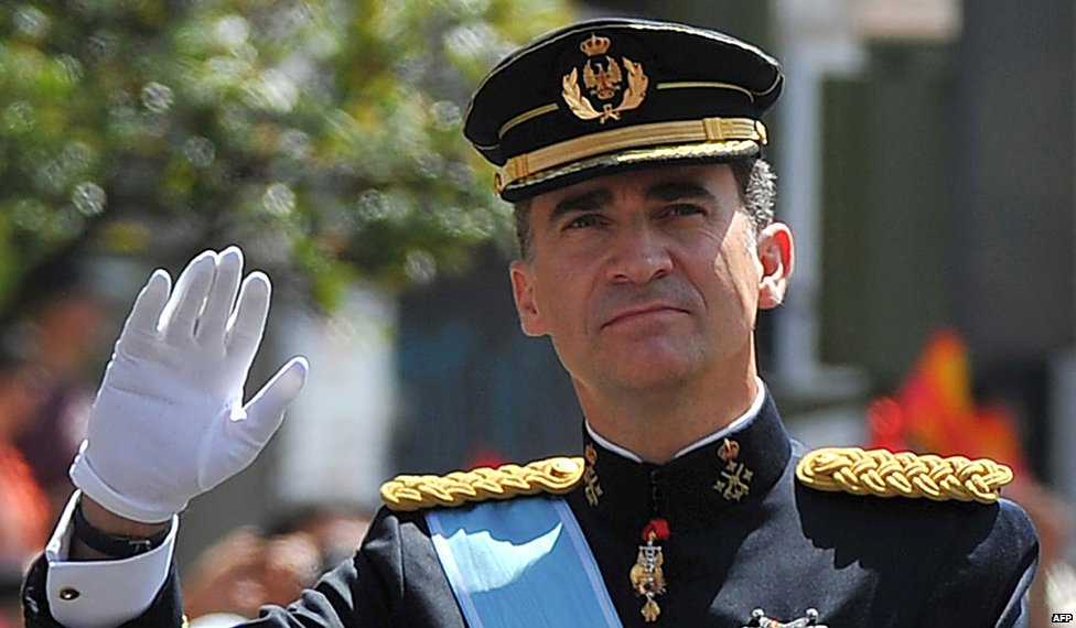 Spain's King Felipe VI waves following his proclamation on 19 June 2014