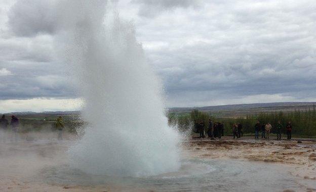 A spitting geyser
