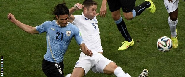 Edinson Cavani powers past Gary Cahill