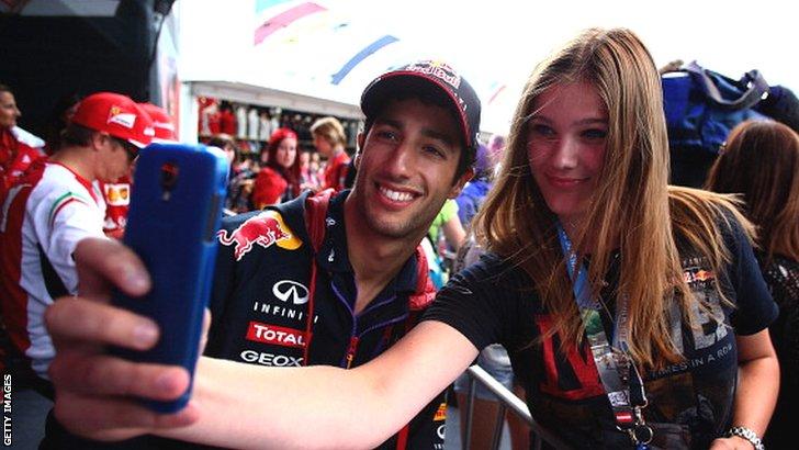Daniel Ricciardo gets a selfie taken