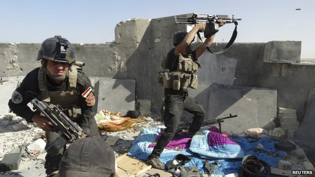 Iraqi special forces take their positions during clashes with ISIS militants in Ramadi in 19 June 2014