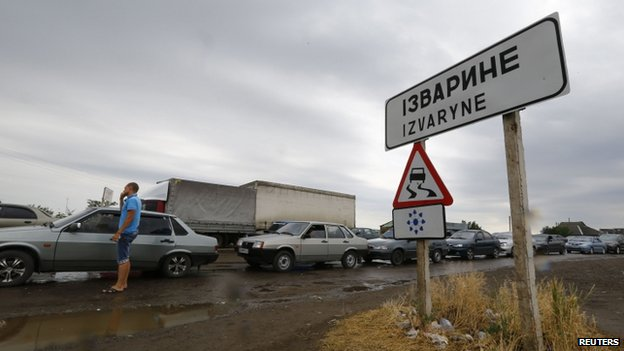People wait in their cars to leave Ukraine at the Izvaryne post on the Ukraine-Russia border. Photo: 20 June 2014