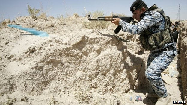 Iraqi security forces personnel patrol Iraq's border with Saudi Arabia (26 June 2014)