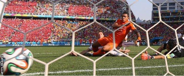 Memphis Depay scores Netherlands' second goal