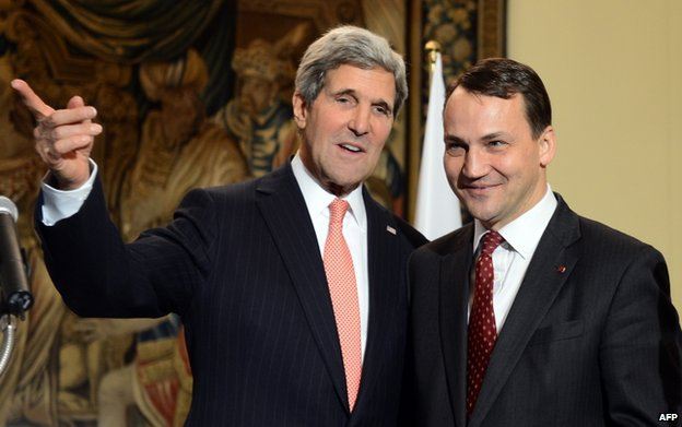US Secretary of State John Kerry (left) with Polish Foreign Minister Radoslaw Sikorski in Warsaw, 15 November 2013
