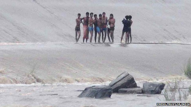 Ten men were marooned for more than 12 hours by a surge of water in the Damodar river on 20 June 2014