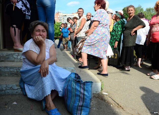 People receive rations in Sloviansk, Ukraine, 24 June