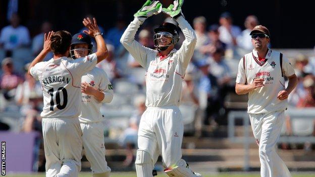 Simon Kerrigan takes a wicket