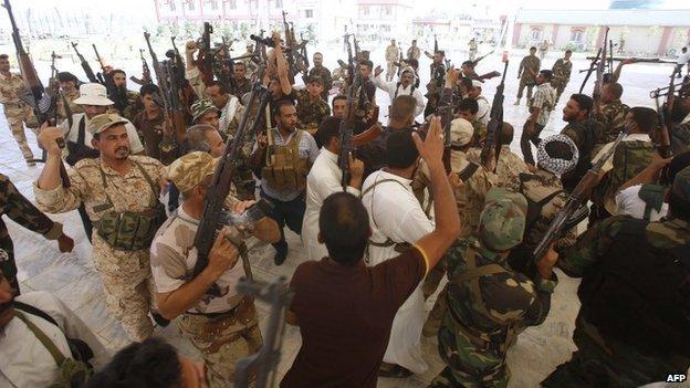 Iraqi Shia militiamen in Karbala (25 June 2014)