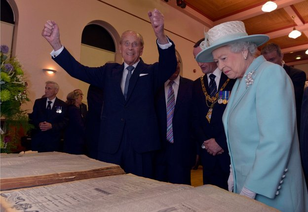 The Royal couple examined copies of WW1 news reports, as the Duke of Edinburgh reminisced about the size of old broadsheet newspapers