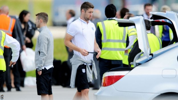 Gary Cahill gets off the plane at Luton airport