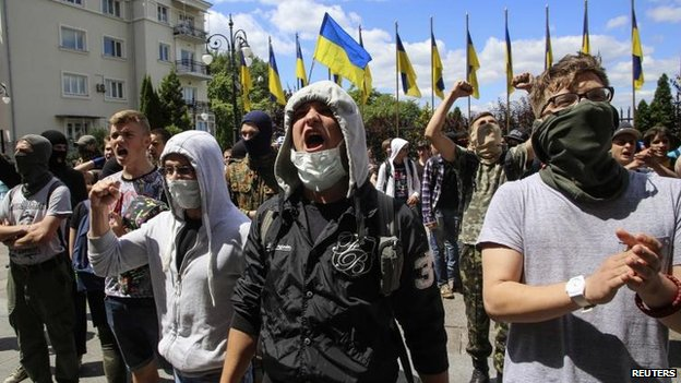 Activists in Kiev urge the president to end the ceasefire, 28 June