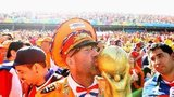 Dutch fan kisses World Cup