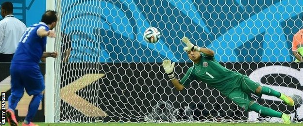 Keylor Navas saves