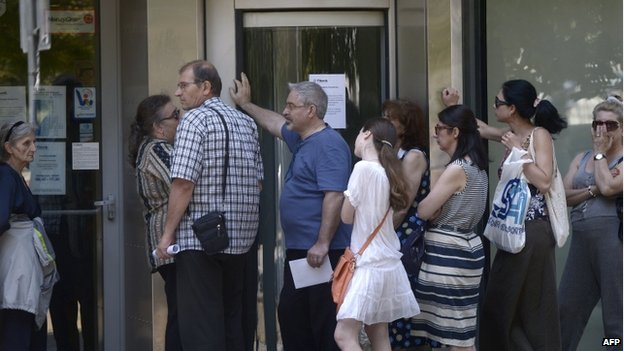 Queue at Bulgaria's First Investment Bank in Sofia (30 June)