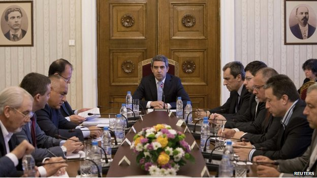 Bulgarian President Rosen Plevneliev (C) speaks to political leaders and bank chiefs