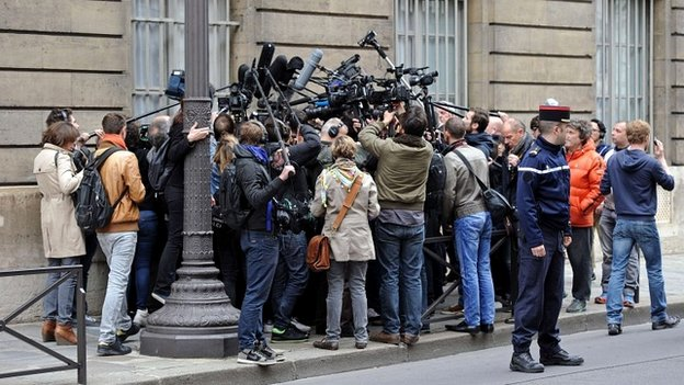 Journalists surround a member of the UMP party after its leader resigned - 27 May 2014