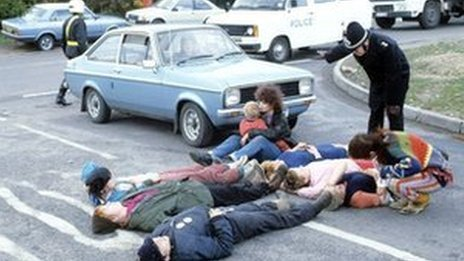 Police try to move Greenham Common protesters in 1983