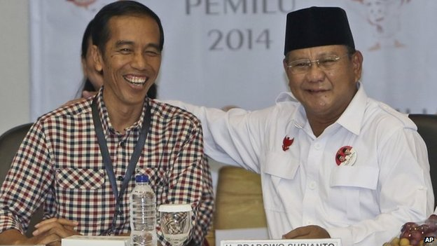 Indonesian Presidential candidates Prabowo Subianto (R) and Joko Widodo (L) at the General Election Commission office in Jakarta on 1 June 2014