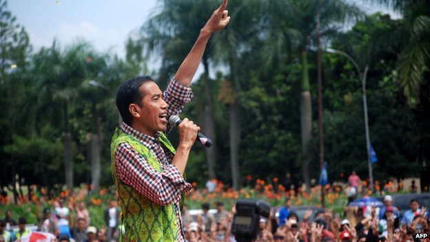 Joko Widodo gestures to his supporters during a campaign in Bandung on 3 July 2014