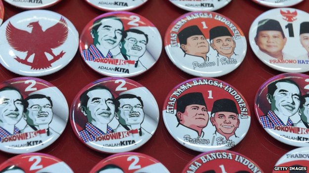 Pins featuring presidential candidates Joko Widodo with running mate, Jusuf Kalla and Prabowo Subianto with running mate Hatta Rajasa