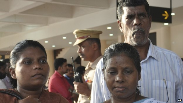 Family members of the nurses await their arrival at the airport in Kochi (5 July 2014)