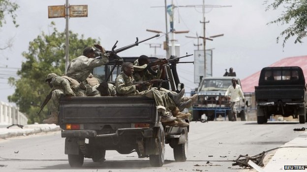 Somali  soldiers take up positions outside parliament during a clash with al-Shabab militants in  Mogadishu (24 May 2014)