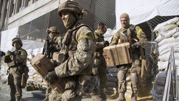 Troops remove ammunition and weapons from a recaptured building (5 July 2014)