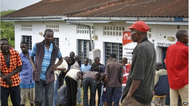 People outside Gamba police station in Kenya (6 July 2014)