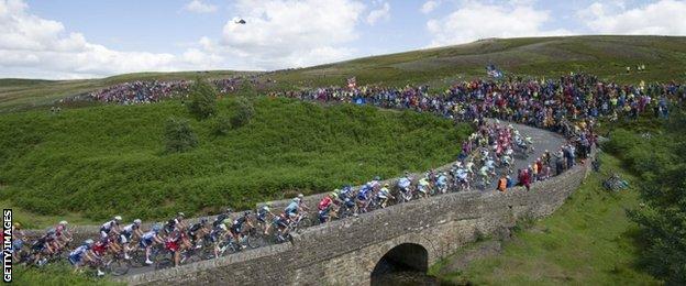 The peloton heads up Grinton Moor