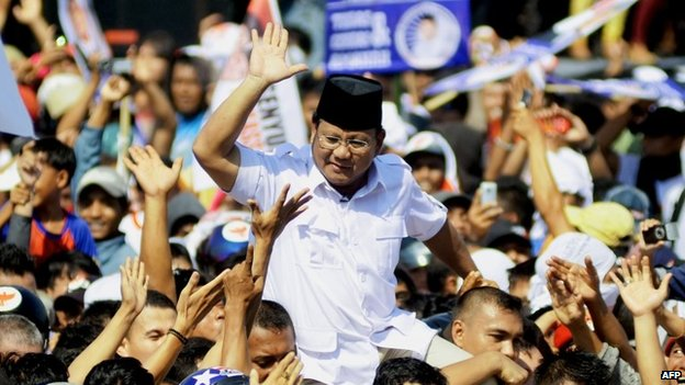 Indonesian presidential candidate Prabowo Subianto (C) gestures to supporters during a campaign at Andi Mattalata stadium in Makasar on June 17, 2014