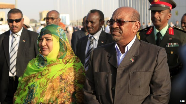 Sudan's President Omar al-Bashir and his wife Widad Babiker wait before welcoming Ethiopian Prime Minister at Khartoum airport on 3 December  2013