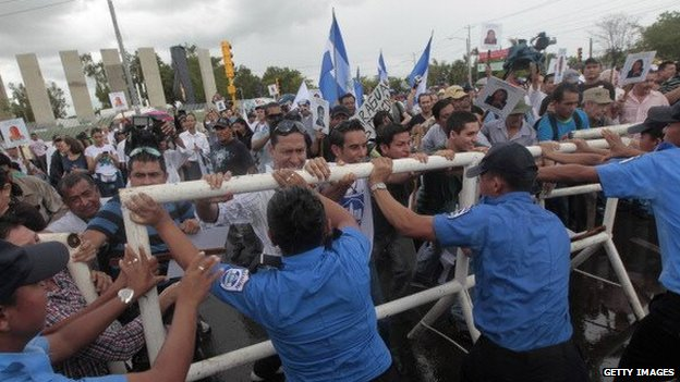 A group of Nicaraguans protests in front the National Parliament against the inter-oceanic canal in Managua on 13 June, 2013